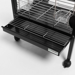 Dettaglio del cassetto raccogli escrementi e della griglia di fondo della voliera per pappagalli